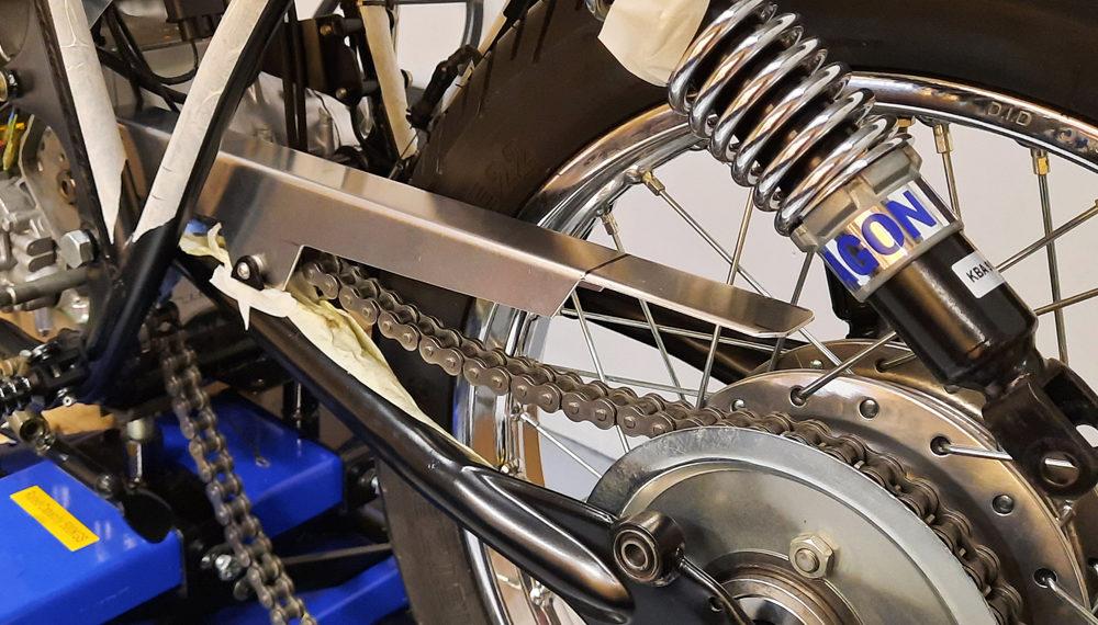 Honda CB 400 Kettenschutz Seitlicher Kennzeichenhalter Cafe Racer 2